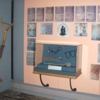 2007 Penrhyn Castle exhibition wrist shackles case.jpg